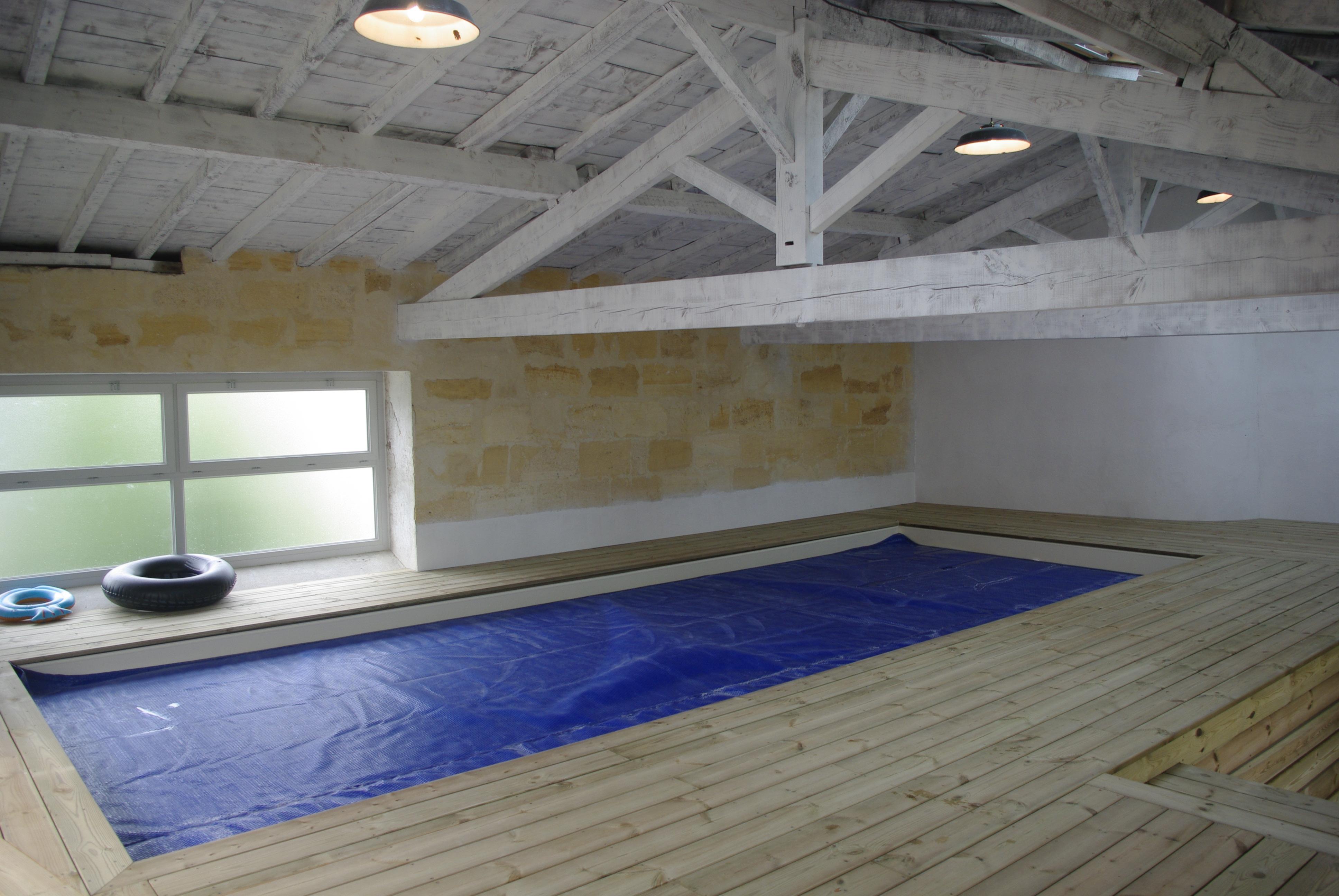 terrasse en pin autour d_une piscine d_interieur à Langoiran